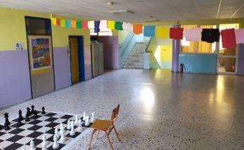 1ο δημοτικό σχολείο Πεύκης: Σε αυτό το δημοτικό οι πόρτες είναι γνωστά έργα ζωγραφικής και στα διαλείμματα παίζει Χατζιδάκι