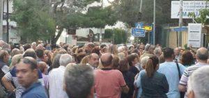Η πρώτη συγκέντρωση διαμαρτυρίας πολιτών για την ενδεχόμενη μεταφορά ανηλίκων προσφύγων – μεταναστών πραγματοποιήθηκε στην είσοδο του Νοσοκομείου