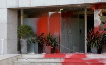 Ρουβίκωνας: Επιθέσεις με βαριοπούλες και μπογιές σε γραφεία εταιρειών