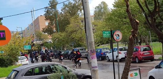 Πεντέλη: Μηχανοκίνητη πορεία με μαύρες αλλά και κόκκινες σημαίες πετώντας φέιγ βολάν άγνωστοι νεαροί πραγματοποίησαν το γύρο της πόλης το μεσημέρι του Σαββάτου