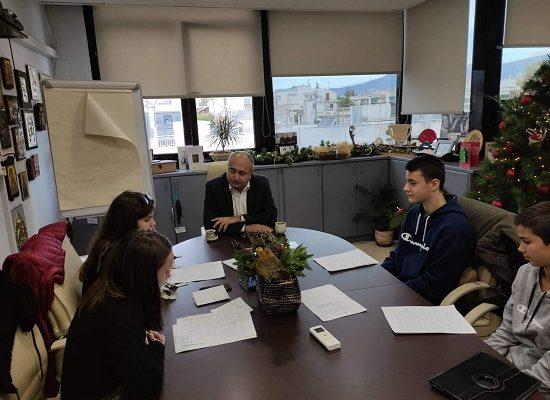 """Ο Δήμαρχος Ηράκλειο Αττικής Νίκος Μπάμπαλος υποδέχθηκε στο δημαρχείο τους μαθητές του 4ου Γυμνασίου για την εργασία τους """"Συνέντευξη με τον δήμαρχο της πόλης""""."""
