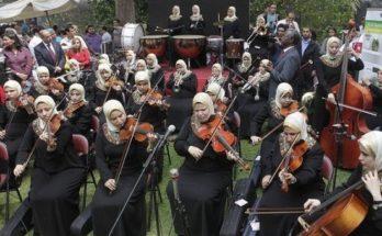 Η πρώτη ορχήστρα τυφλών γυναικών στον κόσμο παίζει μουσική στο σκοτάδι κι όλα γίνονται φως