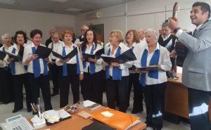 Την Παραμονή των Χριστουγέννων η χορωδία του ΚΑΠΗ Νέας Πεντέλης έψαλε τα κάλαντα στην Δήμαρχο Πεντέλης Κεχαγιά Δήμητρα