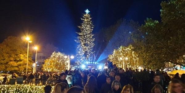 Φωταγώγηση του Χριστουγεννιάτικου δέντρου στο Πεδίον του Άρεως από τον Γιώργο Πατούλη Περιφερειάρχη Αττικής έχει ξεκινήσει.