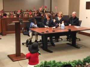 Ένας 5χρονος την ημέρα της επίσημης υιοθεσίας του στο δικαστήριο κάλεσε όλους τους συμμαθητές του στην αίθουσα για να τον στηρίξουν