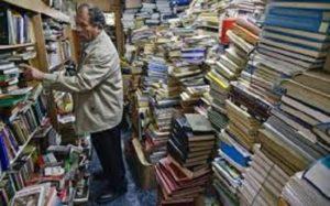 Μάζεψε 25000 βιβλία από τα σκουπίδια κι έφτιαξε βιβλιοθήκη για φτωχά παιδιά!