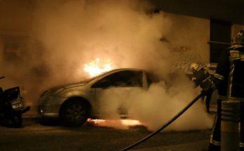 ξέσπασε σε όχημα που βρισκόταν στην οδό Νότου, όπου στο σημείο έσπευσαν 5 πυροσβέστες με δύο οχήματα.