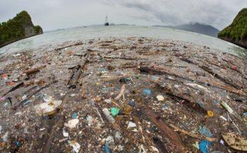 Είναι Απίστευτο: Νησί από πλαστικό γεννήθηκε ανοιχτά της Ιταλίας και ένα βουνό από πλαστικό στο Νέο Δελχί