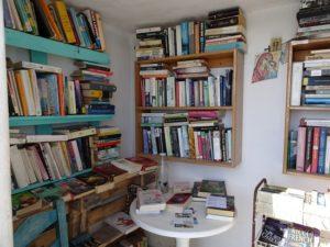 Υπάρχει μια υπέροχη στάση ΚΤΕΛ στην Πάρο που είναι και δανειστική βιβλιοθήκη