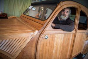 Συνταξιούχος επιπλοποιός έφτιαξε το θρυλικό Ντεσεβώ, μόνο με ξύλα και κατάφερε να το κάνει να λειτουργεί κανονικά