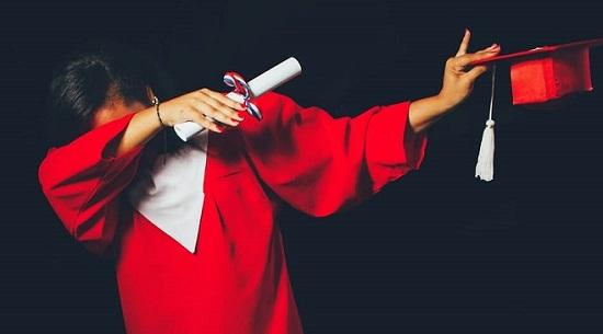 Η COCA-COLA μετατρέπει πλαστικά μπουκάλια σε ρούχα αποφοίτησης για τους τελειοφοίτους των Λυκείων της Άτλαντας.