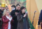 Με εντυπωσιακή συμμετοχή, παλμό, κέφι, χρώματα, μουσική και χορό ολοκληρώθηκε το απόγευμα της Κυριακής 23.2, η μεγάλη Αποκριάτικη Παρέλαση του Δήμου Πεντέλης, η οποία ξεκίνησε από την Πλατεία Αγίου Γεωργίου στα Μελίσσια και κατέληξε σε ένα μεγάλο πάρτι στο Πευκοδάσος. Πλήθος κόσμου παραβρέθηκε κατά μήκος της διαδρομής, όπου οι Ομάδες του Καρναβαλιού, με την καλύτερη διάθεσηενώθηκαν σε ένα πολύχρωμο ποτάμι δημιουργώντας μια εκρηκτική ατμόσφαιρα χαράς και διασκέδασης. Άρματα, ξυλοπόδαροι, ζωντανά καρτούνς και σοκολατοπόλεμος έδωσαν ξεχωριστό χρώμα στη φετινή παρέλαση. Μαθητές και Σύλλογοι Γονέων, πολιτιστικοί σύλλογοι, φορείς, οργανώσεις, ομάδες πολιτών και κατοίκων από όλες τις Δημοτικές Κοινότητες, με μεράκι, φαντασία, δημιουργικότητα και προσωπική εργασία, συνέβαλαν μοναδικά στην επιτυχία της διοργάνωσης. Τον παλμό για χορό σε λάτιν ρυθμούς έδωσε με τη μουσική και τα τραγούδια του το συγκρότημα SonLatinos, εδέσματα και ποτά προσφέρθηκαν από δεκάδες χορηγούς, ενώ οι λιλιπούτιοι φίλοι μας είχαν την ευκαιρία να ζωγραφίσουν, να κάνουν γκράφιτι και να διασκεδάσουν. Στο τέλος της εκδήλωσης βραβεύθηκαν οι καλύτερες ομάδες της Παρέλασης. Η Δήμαρχος Πεντέλης Δήμητρα Κεχαγιά δήλωσε κατά την απονομή: «Είναι μια πολύ όμορφη γιορτή η σημερινή. Ένα μεγάλο μπράβο στους συμμετέχοντες. Τους ευχαριστώ όλους, σχολικές ομάδες, συλλόγους γονέων, πολιτιστικούς συλλόγους και φορείς για την επιτυχημένη συμμετοχή τους. Ευχαριστώ την Αντιδήμαρχο Πολιτισμού Φωτεινή Μαρκαντώνη, την Αντιδήμαρχο Διοικητικών Υπηρεσιών Νατάσα Κοσμοπούλου, τον Αντιδήμαρχο Καθαριότητας Παναγιώτη Ηλιόπουλο, τον Εντεταλμένο Σύμβουλο Πολιτικής Προστασίας Βλάσση Σιώμο, και όλους όσοι συνέβαλαν στην επιτυχημένη σημερινή εκδήλωση. Ευχαριστώ επίσης τους δεκάδες χορηγούς της εκδήλωσης για τις προσφορές τους. Και του χρόνου με υγεία να ξαναβρεθούμε στο καθιερωμένο πλέον Καρναβάλι της πόλης μας! Καλή Αποκριά και Καλή Σαρακοστή σε όλους». Από το Γραφείο Τύπου του Δήμου Πεντέλης ΔΕΛΤΙΟ ΤΥΠΟΥ Μελίσσια, 24 Φεβρουαρίου 2020