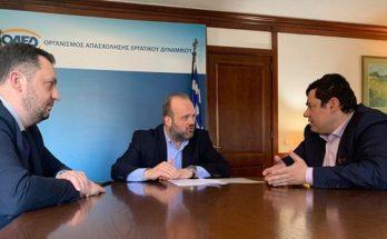 """Πεύκη-Λυκόβρυση : Με τον Διοικητή του ΟΑΕΔ συναντήθηκε ο Δήμαρχος για τα προβλήματα της αποχέτευσης στο Ηλιακό Χωριό"""" Με τον Διοικητή του ΟΑΕΔ Σπύρο Πρωτοψάλτη συναντήθηκε την Τετάρτη 26/2 στα κεντρικά γραφεία του Οργανισμού ο Δήμαρχος Λυκόβρυσης- Πεύκης Τάσος Μαυρίδης. Κεντρικό θέμα της συνάντησης ήταν οι κακοτεχνίες στην αποχέτευση του Ηλιακού Χωριού. Ο κ. Μαυρίδης δήλωσε σχετικά: «Ενημέρωσα τον κ. Πρωτοψάλτη για την κατάσταση στο Ηλιακό Χωριό και τα ζητήματα που απασχολούν τους κατοίκους του. Ενημέρωσα επίσης ότι η πρόταση μας για την επίλυση των ζητημάτων είναι να συμπληρώσει η ΕΥΔΑΠ τα σημεία της σχετικής μελέτης, που έχει απορρίψει και αναλάβει τη χρηματοδότηση του έργου, καθώς αποτελεί δική της ευθύνη. Ο κ. Διοικητής εξέφρασε τη συμφωνία του και τη συμπαράστασή του στην προσσπάθειά μας για την περιφρούρηση της υγείας και της ποιότητας ζωής των κατοίκων του Ηλιακού Χωριού»."""