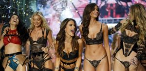 """Μοντέλα σε επιστολή τους καταγγέλλουν τη Victoria's Secret για """"μισογυνισμό"""""""