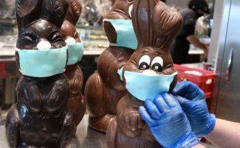 Λυκόβρυση Πεύκη: Ζαχαροπλαστείο έφτιαξε Πασχαλινά σοκολατένια λαγουδάκια που φορούν μάσκες και γάντια