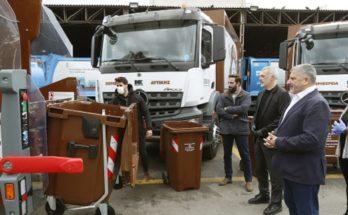 Περιφέρεια Αττικής :Παραδώσαμε σήμερα στο Δήμαρχο Πειραιά Γ. Μώραλη 5 απορριμματοφόρα και 600 καφέ κάδους για τη συλλογή οργανικών αποβλήτων
