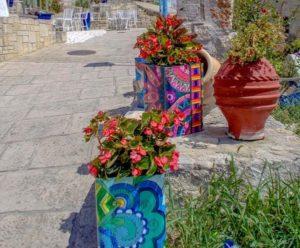 Κασσάνδρα Χαλκιδικής: Άφυτο χωριό που σε κάθε σπίτι κρύβετε και ένας ανώνυμος καλλιτέχνης - Ζωγραφισμένοι ντενεκέδες με λουλούδια