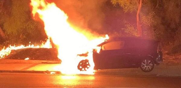 Άλιμος: Στην παραλιακή στο ύψος του Αλίμου αυτοκίνητο εν κινήσει πήρε φωτιά και κάηκε ολοσχερώς