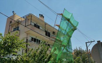 Βριλήσσια: Στην οδό Μπακογιάννη και Μαραθώνας ξεκόλλησε σκαλωσιά από κτίριο