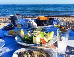 Απέραντο Γαλάζιο Η ταβέρνα Απέραντο Γαλάζιο βρίσκετε στον ναυτικό όμιλο της Βάρκιζας με εξαιρετικούς ψαρομεζέδες, υπέροχη σπιτική μελιτζανοσαλάτα και πραγματικά φρεσκότατο ψαράκι ενώ τα τραπεζάκια της είναι σχεδόν μέσα στη θάλασσα.