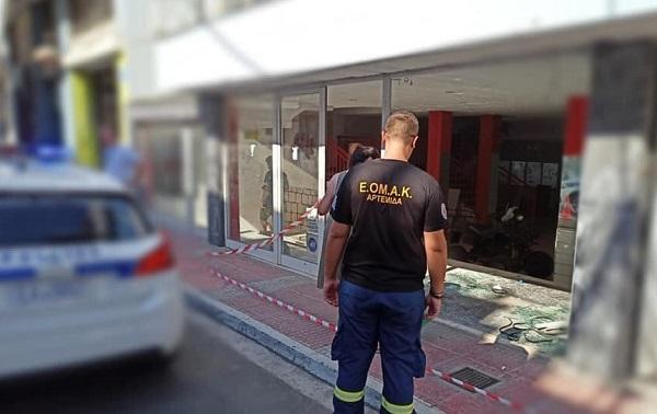 Σπάτα Αρτέμιδα: Ένα αυτοκίνητο έχασε τον έλεγχο και καρφώθηκε σε τζαμαρία καταστήματος