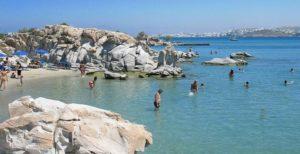 1Μήλος: Το Σαρακήνικο Το Σαρακήνικο είναι μια από τις πιο εντυπωσιακότερες παραλίες του Αιγαίου ο ασβεστόλιθος τα λευκά ηφαιστειογενή διαβρωμένα βράχια με το πλήθος των σπηλιών μέχρι το νερό είναι μοναδική εμπειρία που πρέπει να ζήσεις . Παράλληλα το φαλακρό του τοπίου η απουσία οποιασδήποτε βλάστησης και το σεληνιακό τοπίο κάνουν ο τοπίο πραγματικά μοναδικό. 2Πάρος: Κολυμπήθρες Οι Κολυμπήθρες είναι μια από τις πιο διασημότερες παραλίες της χώρας μας και βρίσκετε στον όρμο της Νάουσας. Τα γκριζωπά Βράχια της σε παράξενους σχηματισμούς που φτάνουν ως την ακροθαλασσιά σχηματίζουν μια σειρά από διαδοχικές υπέροχες παραλίες . Τα γαλαζοπράσινα νερά και αμμώδεις ορμίσκοι δημιουργούν ένα μαγικό τοπίο πέρα από κάθε φαντασία . 3Κύθνος: Κολώνα Η παραλία Κολώνα είναι μια πραγματικά ιδιαίτερη και όμορφη παραλία μια στενή αμμουδερή λωρίδα γης που συνδέει την Κύθνο με το νησάκι του Αγίου Λουκά αφήνοντας δυο πανέμορφες αμμουδιές εκατέρωθεν της στεριάς. Η χρυσαφένια άμμος αλλά και τα κρυστάλλινα νερά της σε μαγεύουν τόσο που δεν σε αφήνουν να την χορτάσεις ποτέ . 4Ζάκυνθος: Ναυάγιο Διαχρονικά είναι η εντυπωσιακότερη παραλία της χώρας μας, αλλά και σύμβολο της Ελλάδας στο εξωτερικό. Η απόκρημνοι και επιβλητικοί λευκοί βράχοι και η λευκή άμμος με το σαπισμένο σκαρί δημιουργούν μια από τις ομορφότερες παραλίες του κόσμου σύμφωνα με μεγαλύτερους διεθνείς τουριστικούς οδηγούς. Τόσο τα τουρκουάζ νερά της αλλά και η λευκή της άμμος πλάι από τους επιβλητικούς βράχους δημιουργούν ένα μαγευτικό φυσικό τοπίο. 5Λευκάδα : Πόρτο Κατσίκι στη Ο επιβλητικός βράχος που προστατεύει την παραλία αλλά και το ψιλό λευκό βοτσαλάκι της σε συνδυασμό με το απίθανο χρώμα των νερών δημιουργεί ένα μαγικό τοπίο. Την έχουν κατάταξη όλοι οι ταξιδιωτικοί οδηγοί μονίμως και όχι άδικα στις καλύτερες παραλίες της Ευρώπης.