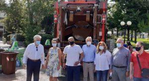 Αγία Παρασκευή : Παράδοση απορριμματοφόρου συλλογής βιοαποβλήτων και κάδων ανακύκλωσης στον Δήμο