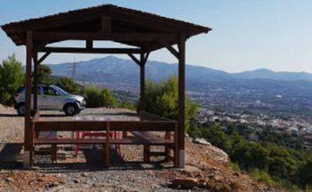 ΣΠΑΥ : Τοποθέτηση ξύλινου κιοσκι με παγκάκια σε πλάτωμα του Υμηττού