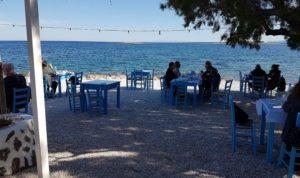 Ξυπόλητος Η ψαροταβέρνα Ξυπόλητος βρίσκετε στην Αρτέμιδα - Παραλία Λούτσας και έχει την καλύτερη φήμη, και όχι άδικα, για το φρέσκο ψάρι που σερβίρει. Το όλο περιβάλλον της θυμίζει παλιά ελληνική ταινία με τραπέζια πλάι στην θάλασσα και κάτω από τα τεράστια αρμυρίκια . Η μυρωδιά από τα ψάρια που ψήνονται στα κάρβουνα σε τρελαίνει .