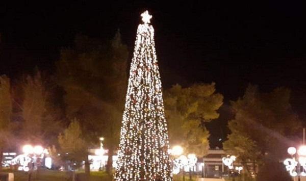 Αγία Παρασκευή: Άναψε το Χριστουγεννιάτικο δένδρο στην πόλη