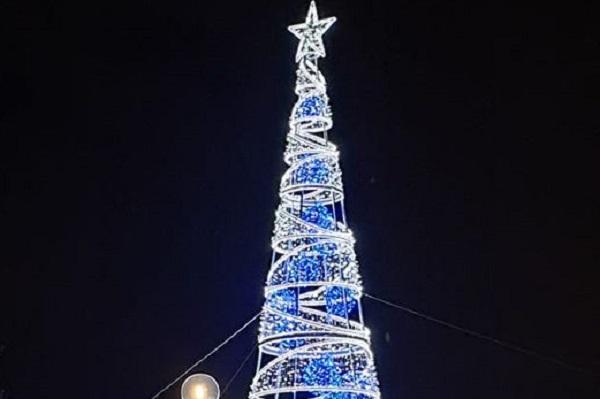 Μεταμόρφωση Αττικής : Άναψε το Χριστουγεννιάτικο Δέντρο του ο Δήμος
