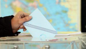 Ελλάδα: Τι αλλάζει στον εκλογικό νόμο για την Αυτοδιοίκηση Στη συνεδρίαση του διοικητικού συμβουλίου της ΚΕΔΕ ο υπουργός Εσωτερικών Μάκης Βορίδης αποκάλυψε μερικά από τα βασικά σημεία του εκλογικού νομού που θα ισχύσει στις ερχόμενες Δημοτικές και Περιφερειακές εκλογές. Σας παραθέτουμε τις αλλαγές και τα βασικά σημεία του εκλογικού νομού όπως εξήγησε ο υπουργός Εσωτερικών Μάκης Βορίδης: -Για το νικητή των αυτοδιοικητικών εκλογών στον α΄ γύρο δεν θα απαιτείται πλέον, το 50%+1 αλλά, όπως τόνισε ένα ποσοστό «πολύ χαμηλότερο από το 50%», που ισχύει σήμερα. -Επιστρέφει το πλαφόν για την είσοδο ενός συνδυασμού στις δημοτικές και περιφερειακές εκλογές με ποσοστό το 3% . -Ο νικητής των εκλογών είτε στον α΄γύρο είτε στον β΄ γύρο, θα λαμβάνει τα 3/5 των εδρών του δημοτικού ή περιφερειακού συμβουλίου. Διαφοροποίηση, θα υπάρχει για όσους Δημάρχους λαμβάνουν πάνω από 60%. -Θα καταργηθεί η τέταρτη κάλπη, δηλαδή, τα ξεχωριστά ψηφοδέλτια για τα Τοπικά Συμβούλια. Τα συγκεκριμένα ψηφοδέλτια θα ενσωματώνονται στα κεντρικά ψηφοδέλτια των συνδυασμών. O κ. Βορίδης δεν θέλησε να δώσει ακριβές ποσοστά ή άλλες πληροφορίες παραπέμποντας σε σχετική συζήτηση με τον πρωθυπουργό.