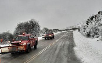 Πεντέλη: Στην μάχη με το χιόνι από τα ξημερώματα τα εκχιονιστικά της Πολιτικής Προστασίας του Δήμου