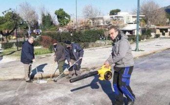 ΣΠΑΠ: Εργαζόμενοι και εθελοντές μετά το άνοιγμα του περιφερειακού έπλυναν τα εκχιονιστικά και την Πλατεία Αγίας Τριάδας από το αλάτι