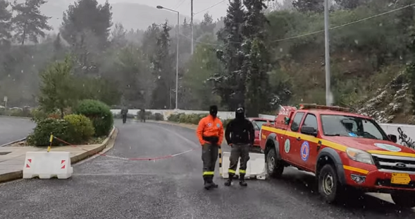 ΣΠΑΥ: Διακόπηκε η κυκλοφορία των οχημάτων προς τον Υμηττό λόγω έντονης χιονόπτωσης