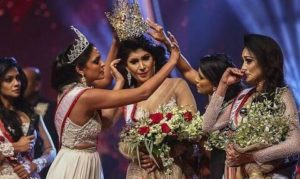 Σρι Λάνκα: Στο νοσοκομείο η νικήτρια των καλλιστείων αφού της «ξερίζωσαν» το στέμμα από το κεφάλι