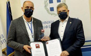 Περιφέρεια Αττικής: Τιμητική πλακέτα στον Περιφερειάρχη από την Πανελλήνια Ομοσπονδία Προσωπικού του ΕΚΑΒ