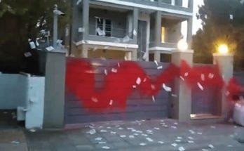 Ελλάδα: Στο σπίτι του Νίκου Ευαγγελάτου και της Τατιάνας Στεφανίδου στην Κηφισιά ο Φεμινιστικός τομέας του Ρουβίκωνα πραγματοποίησε παρέμβαση