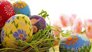 Έθιμα του Πάσχα : Το βάψιμο των αυγών τη Μεγάλη Πέμπτη