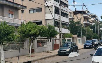 Βριλήσσια: Στην οδό Εθνικής Αντιστάσεως και Κύπρου ένα φορτηγό αυτοκίνητο παρέσυρε τον διαφωτισμό του Δήμου