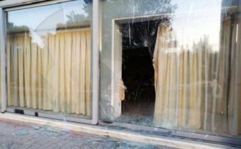 Βριλήσσια: Άγνωστοι τα ξημερώματα με βαριοπούλες κατάφεραν εκτεταμένες ζημιές στην τζαμαρία του κτιρίου στο πάρκο Μίκης Θεοδωράκης πρώην ΤΥΠΕΤ