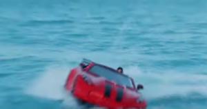 Τζετ σκι σε σχήμα αυτοκίνητου που δαμάζει τα κύματα