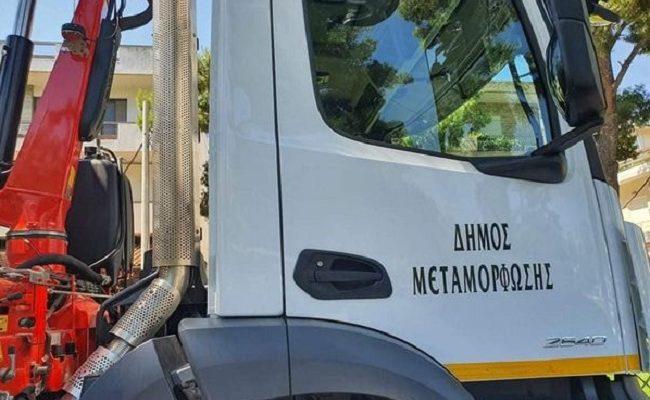 Μεταμόρφωση: Ένα ολοκαίνουργιο τριαξονικό ανατρεπόμενο φορτηγό με γερανό παρέλαβε ο Δήμος