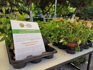 Ηράκλειο Αττικής : «Παγκόσμια Ημέρα Περιβάλλοντος» Δράση στην κεντρική πλατεία του Δήμου Περιβαλλοντολογική Δράση στην κεντρική πλατεία του Δήμου Ηράκλειου Αττικής για την Παγκόσμια Ημέρα Περιβάλλοντος παρουσία του Δημάρχου της πόλης Νίκου Μπάμπαλου και της Περιφερειάρχη Βορείου Τομέα Αττικής Λουκίας Κεφαλογιάννη. Νίκος Μπάμπαλος: «Δεν χρειάζεται κάποια αιτία για να βάλουμε περισσότερο πράσινο στη ζωή μας.» Το Σάββατο 5 Ιουνίου Παγκόσμια Ημέρα Περιβάλλοντος πραγματοποιήθηκε από τον Δήμο περιβαλλοντολογική δράση στην κεντρική πλατεία του Δήμου. Εργαζόμενοι της υπηρεσίας Περιβάλλοντος του Δήμου Ηράκλειου Αττικής μοίρασαν δωρεάν φυσικά, γλαστράκια με αρωματικά φυτά και λουλούδια. Ο Δήμαρχος Ηρακλείου Αττικής τόνισε: «Στην κεντρική πλατεία της πόλης μας από την κινητή μονάδα, παρουσιάσαμε κλασσικούς αλλά και εναλλακτικούς τρόπους ανακύκλωσης και να σας δωρίσουμε από ένα γλαστράκι με λουλούδια. Αυτά φέτος. Γιατί ο μεγάλος στόχος είναι του χρόνου, για την αντίστοιχη Παγκόσμια Ημέρα Περιβάλλοντος, αυτή τη γιορτή να την κάνουμε στο Κτήμα Φιξ το οποίο θα έχει επιτέλους δικό μας, θα έχει γίνει πάρκο ανοικτό και προσβάσιμο για όλους. Το καθοριστικό βήμα το κάναμε. Προχωράμε μπροστά...»