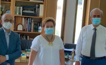 Στη φωτογραφία ο Δήμαρχος Κηφισιάς Γιώργος Θωμάκος με στελέχη του Ομίλου INTERAMERICAN, Μαρία Παπαδοπούλου Συντονίστρια Γραφείου Πωλήσεων Κηφισιάς, Ιωάννη Ρούντο Διευθυντή Εταιρικών Υποθέσεων & Υπευθυνότητας, Μανώλη Κούτη, Διευθυντή Πωλήσεων.