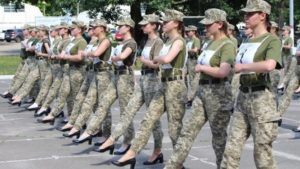 Ουκρανία: Στρατιωτίνες με γόβες αντί για άρβυλα σε πρόβα παρέλασης για την ανεξαρτησία της Ουκρανίας