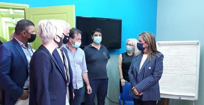 Τα εγκαίνια πραγματοποιήθηκαν από την Υφυπουργό Υγείας Ζωή Ράπτη και τη Γενική Γραμματέα Αντεγκληματικής Πολιτικής Σοφία Νικολάου,