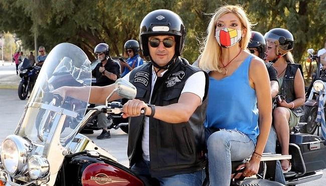 Τους μοτοσικλετιστές υποδέχθηκαν η Πρόεδρος του Σ.Ε.Φ., κ. Χριστίνα Τσιλιγκίρη, και ο θρύλος του ελληνικού μπάσκετ, Αργύρης Καμπούρης.
