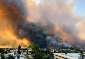 Η φωτιά έχει μπει στο στρατιωτικό αεροδρόμιο του Τατοΐου - Εκκενώθηκε και το Ολυμπιακό Χωριό στους Θρακομακεδόνες